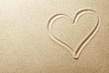 dessin coeur: Coeur dessin� dans le sable de plage vue Haut de fond Banque d'images