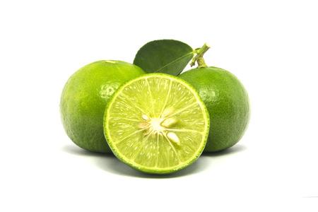 Groene kalk die op witte achtergrond wordt geïsoleerd. Stockfoto