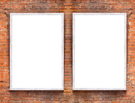 Dos pancartas en blanco con marco de madera en el fondo de pared de ladrillo Foto de archivo