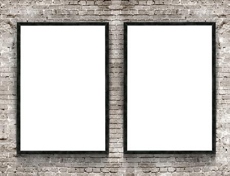 Twee lege spandoeken met houten frame op bakstenen muur achtergrond