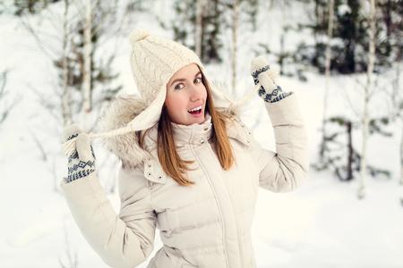 Weihnachten Mädchen im Freien Porträt. Frau im Winter Kleidung auf einem Schnee Feld. Standard-Bild - 83717568