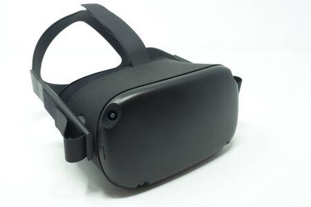 Cuffia nera per realtà virtuale isolata su uno sfondo bianco.