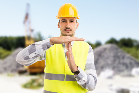 Architect of ingenieur die een time-out maakt, pauzeert gebaar op bouwplaats of put buitenshuis Stockfoto