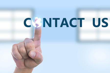 Persona que toca el botón de contacto con el dibujo del globo terráqueo en una pantalla transparente como concepto futurista de alta tecnología