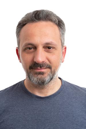 Retrato de hombre vestido con camiseta gris como concepto casual closeup aislado sobre fondo blanco.