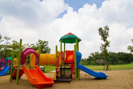 ni�os en recreo: Parque infantil colorido en el parque