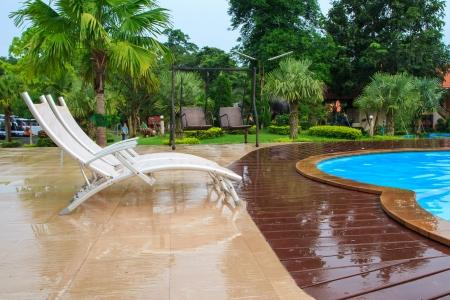 Salas blancas junto a una piscina