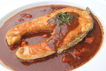 zalm gebakken met rode chili saus photo