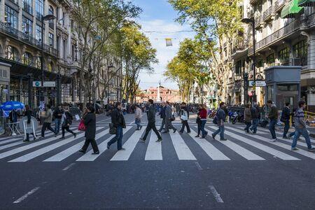 Buenos Aires, Argentinië - 3 oktober 2013: Mensen het oversteken van een zebrapad in de Avenida de Mayo in Buenos Aires, Argentinië