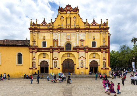 crist: San Crist bal de Las Casas, Mexico - May 10, 2014: View of the main square and Cathedral in the city of San Crist bal de Las Casas in the Chiapas region, Mexico.