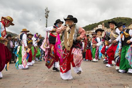 Cuzco, Pérou - 25 décembre 2013: Un homme portant des vêtements traditionnels et des masques dansant le Huaylia le jour de Noël devant la cathédrale de Cuzco à Cuzco au Pérou.