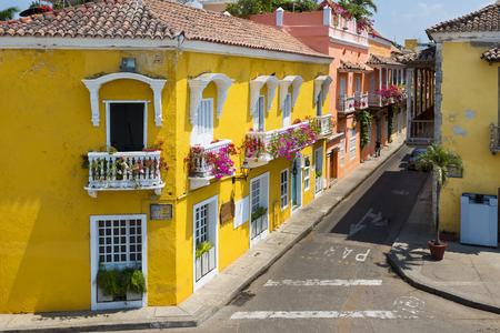 casa colonial: Coloridos edificios en una calle de la ciudad vieja de Cartagena (Cartagena de Indias) en Colombia, América del Sur