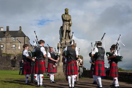 パイパーズ演奏ロバートの像の前でスターリング, スコットランド, イギリスのスターリング城でブルース ・ スターリング, スコットランド - 2010 年  報道画像