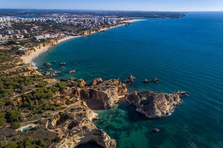 Luchtfoto van de kustlijn met prachtige stranden langs de stad Portimao in Algarve, Portugal