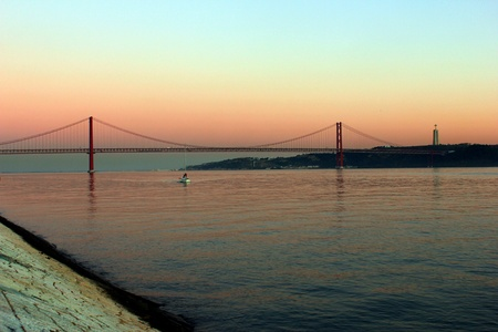 lisbonne: View over the Tagus River and the Bridge
