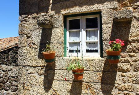 Detalhe de uma janela velha em Monsanto, Portugal Editorial