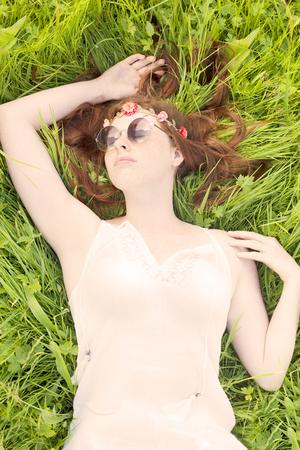 Frau auf dem Rasen ein Sonnenbad