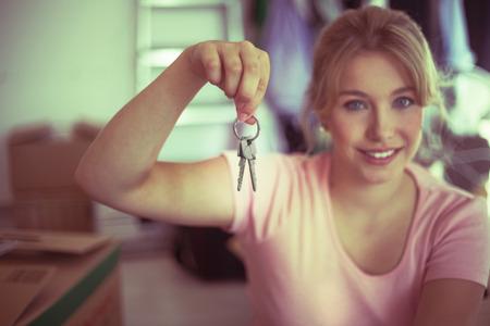 Blonde Mädchen mit Schlüssel des neuen Hauses