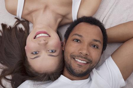 Interracial Paar in der Liebe Lizenzfreie Bilder