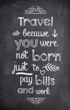 Travel Quote mit Kreide auf einer Tafel geschrieben