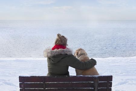 Frau mit Hund auf der Bank Lizenzfreie Bilder
