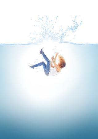 Frau fällt ins Wasser Standard-Bild - 55698500