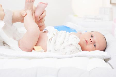 新生児のおむつを変更します。 写真素材