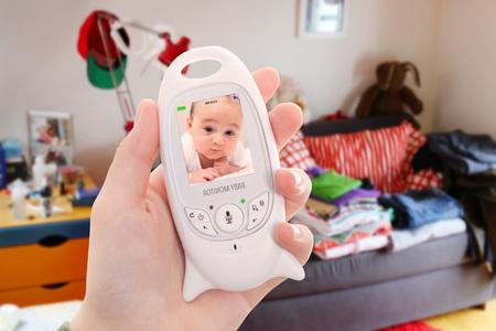 Elternteil hat keine Zeit, das Haus zu reinigen, weil der Baby