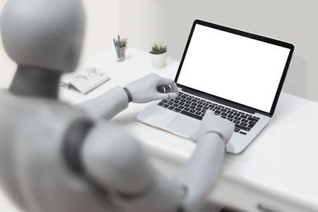 Roboter mit Laptop - leerer Bildschirm Standard-Bild - 82931154