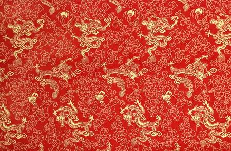 flores chinas: Fragmento de seda China Roja con dragones dorados y flores