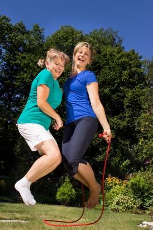Madre e figlia saltare una corda Archivio Fotografico - 24254843