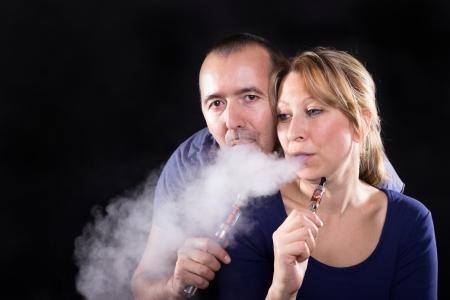 Pár se těší e-cigareta