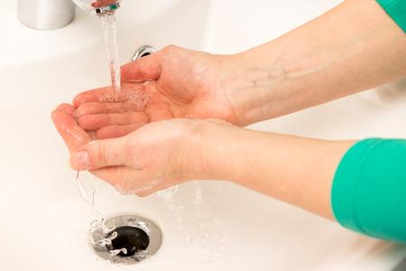 ehec: Two hands under running water