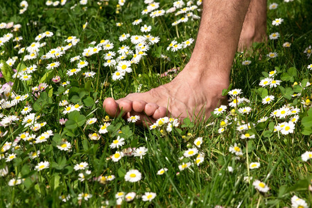 Chůze naboso přes louku plnou květin