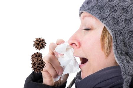 Žena kýchání viry a bakterie letí vzduchem