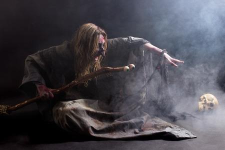 satanas: Una bruja convocando en la oscuridad con una gran cantidad de niebla