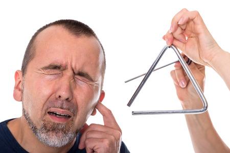 dolor de oido: Un tri�ngulo situado junto a la cabeza de un hombre en agon�a