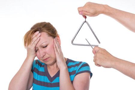dolor de oido: Alguien que tiene un tri�ngulo a la cabeza de una mujer con una cara dolorosa