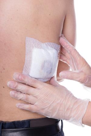 pus: Un bendaggio ferita è beeing controllato da due mani