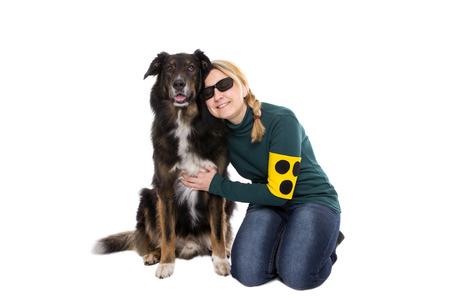 Slepý Žena klečí vedle svého slepeckého psa