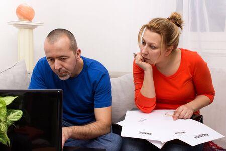 Pár kontrolovat své faktury u počítače