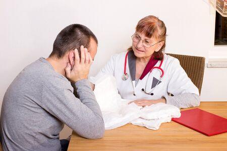 Lékař radí muže o inkontinenci a plenky