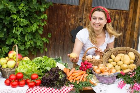 Rolnická žena nabízí vejce na stánku v tržnici