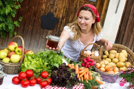 Roztomilý marketwoman nabízí medu na trhu