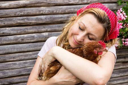 campesinas: Mujer campesina joven con una gallina en sus brazos Foto de archivo