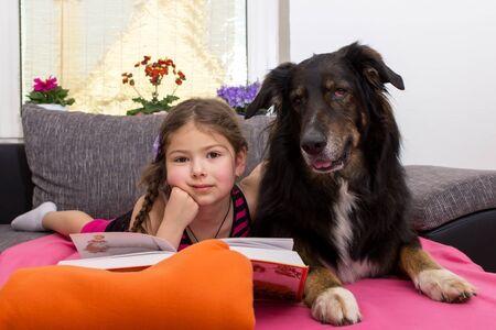 buch: Ein Mädchen und ihr treuer Hund schauen in die Kamera