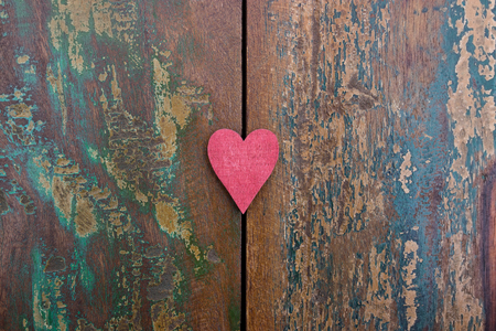 A red heart on a colorful wooden background Standard-Bild - 117923244