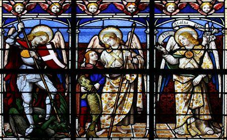 michele: Vetrata nella chiesa St.Sulpice (Fougeres, Francia), che ritrae (da sinistra a destra) Il Arcangeli: Michele, Raffaele e Gabriele.