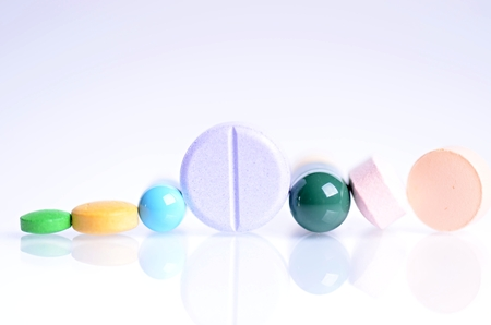 psychologists: Tablets isolated on a white background. Reflection of pills on a glass. Medicines background. Pharmacy. Close up of capsules.