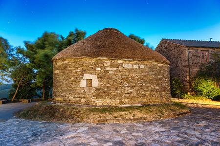 O Cebreiro, Spagna. Villaggio storico di notte Archivio Fotografico - 94919619
